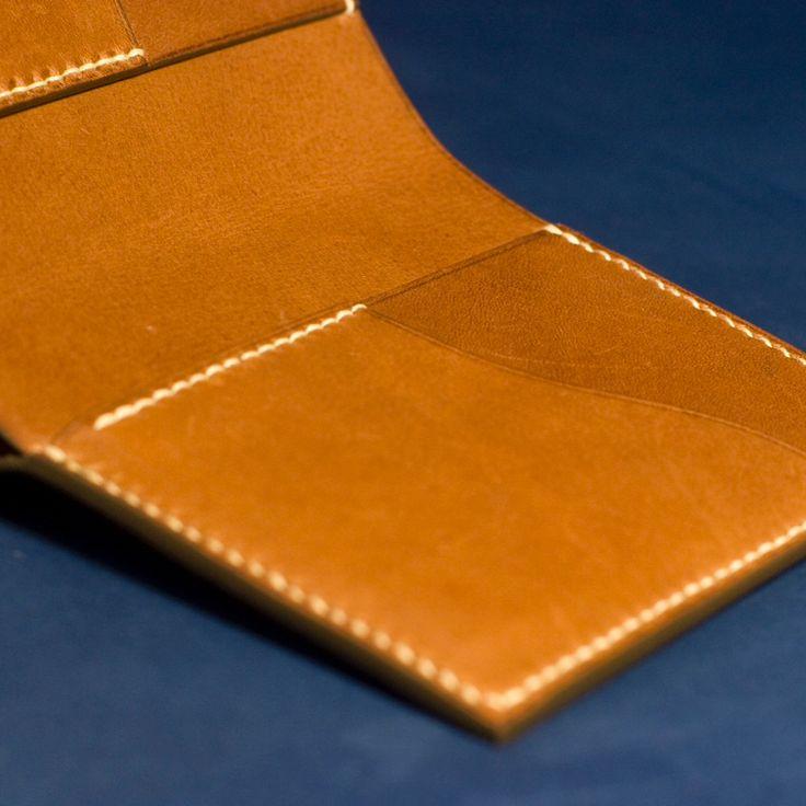 Bifold slim wallet. . . #leatherwallet #fineleathergoods #leathercraft #tempesti #brown #saddlestitch #mensfashion #madeinromania #atelierzander #lincable #handcrafted