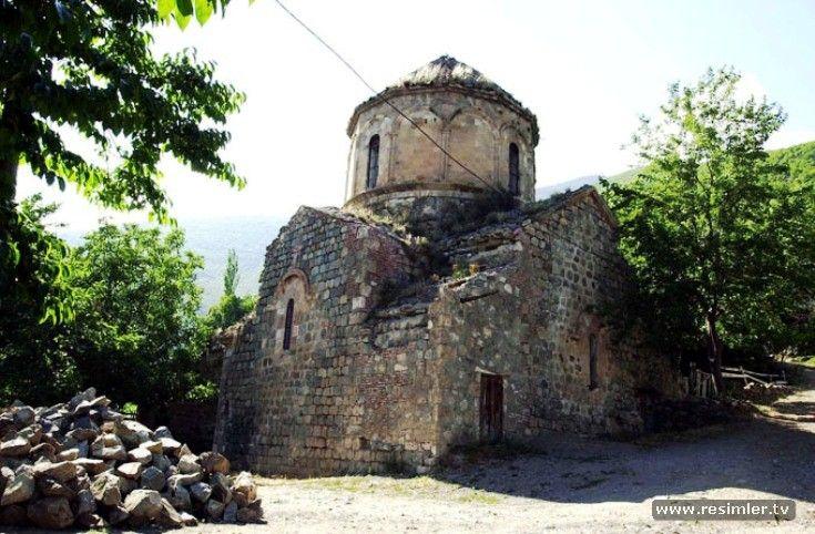 Dolishane Kilise, 10. yüzyılla tarihlendirilmektedir ve Bagratlı Kralı Sumbath tarafından inşa edildiği bilinmektedir. Merkez ilçeye bağlı Hamamlı Köyü'nde bulunmasından dolayı Hamamlı Kilise olarak da adlandırılmaktadır.