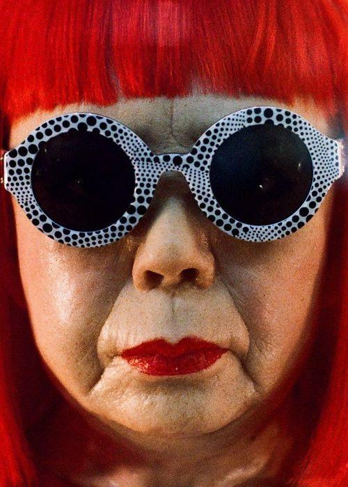 Yayoi Kusama (1929 - ) is een Japanse beeldhouwster en installatiekunstenares. De 87-jarige Japanse avant-gardistische kunstenares, bekend van haar iconische polka dot brillen en installaties. Gelijktijdig openen deze week in Washington (INFINITY MIRRORS ) en Tokio (My Eternal Soul ) tentoonstellingen om haar carrière te vieren en de verschillende manieren te laten zien waarop zij de wereld ziet.