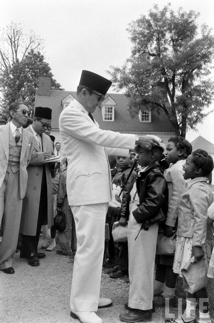Sukarno with Kids