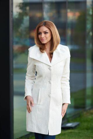 Palton alb elegant cu dantela aplicata