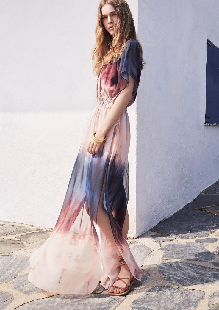 Boho-Look: Fließendes Kleid in Aquarell-Optik und Römersandalen