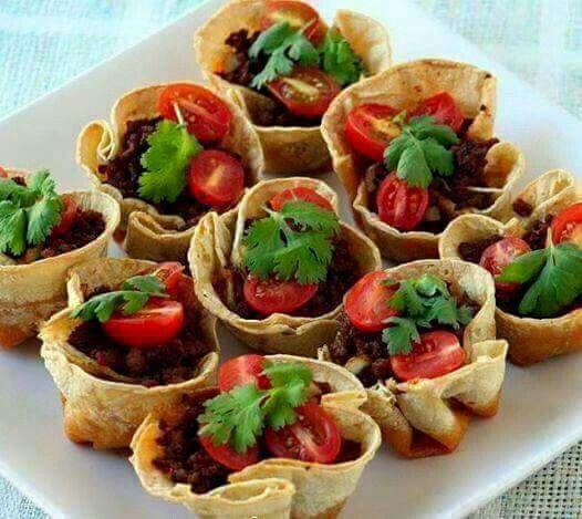 Muffinwraps ❤️  wat heb je nodig: - een pak volkorenwraps (jumbo) - 300 gram mager rundergehakt - 150 gram geraspte kaas 20+ - pikante paprika poeder, een flinke snuf - chilipeper vlokken uit de molen - knoflook 2 teentjes - cherry tomaatjes - verse selderij - olijfolie - zeezout en peper naar smaak :)  Hoe maak je het: verwarm de oven voor op 200 graden. Warm de wraps op in een pan totdat ze zacht zijn. 15 tot 20 sec, elke kant. Vet alle wraps met een beetje olijfolie in. Hierdoor worden…