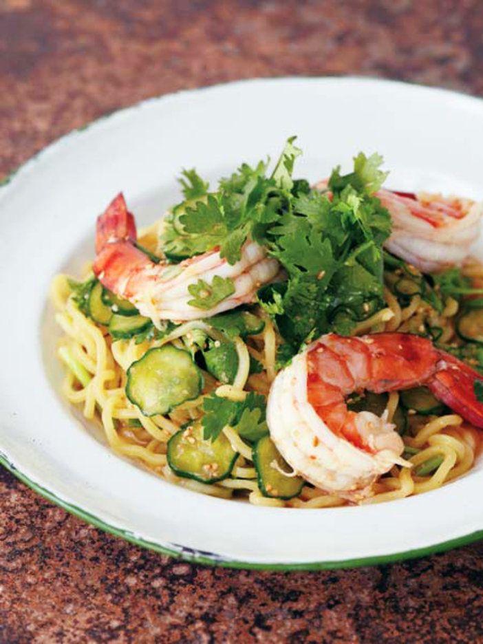 【ELLE a table】海老、きゅうり、香菜の和え麺レシピ|エル・オンライン