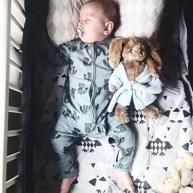 Snön yr runt här ute och idag fick man verkligen vinter känsla ❄ Minstingen sover och snart är det även sovdags för resten av familjen..det tar på krafterna att ta hand om 2 barn under 2 år och snart en tonåring   #inspirationforpojkar #inspoforkiddos #inspirationforbarn #kkidspo #inspo_babyboy #inspoforbarn #mini_inspiration #teaminstakids #fashionforminis #vimedbarn #loppigravidbaby #viföräldrar #newbielovers