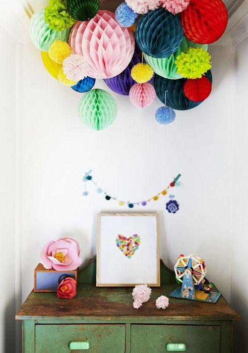 Pompoms geven kleur aan een feestje maar ook als permanente decoratie, in bijvoorbeeld de kinderkamer zijn ze goed te gebruiken. Pompoms zijn in diverse (feest)winkels verkrijgbaar (bijvoorbeeld hier) maar ze zijn ook eenvoudig zelf te maken (een instructie is o.a.