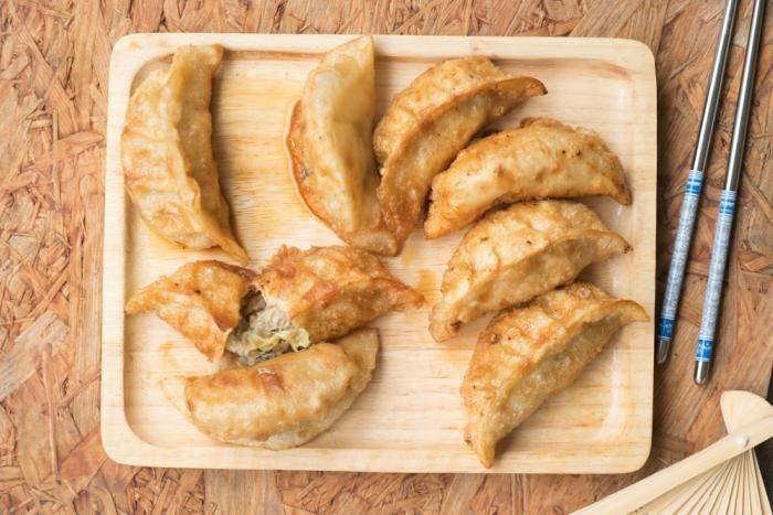 ¿Cómo preparar gyozas de pollo al estilo chino? Crujientes con un relleno ligero que combina verduras y especias como el jengibre.