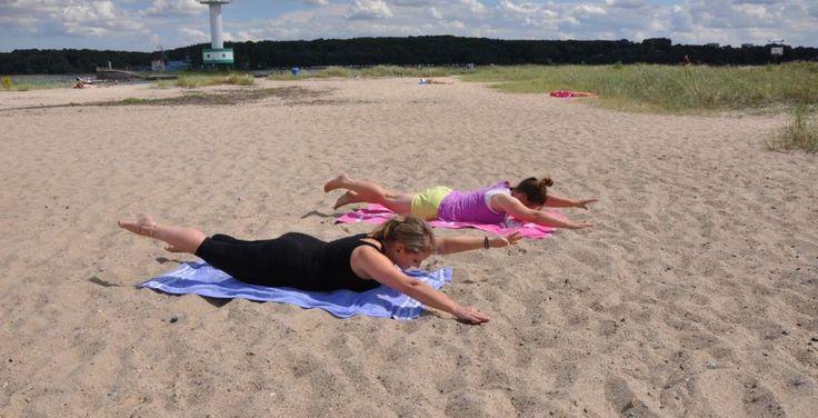Surfer-Workout im Sand: Übung Superman. Training der unter Rückenmuskulatur.