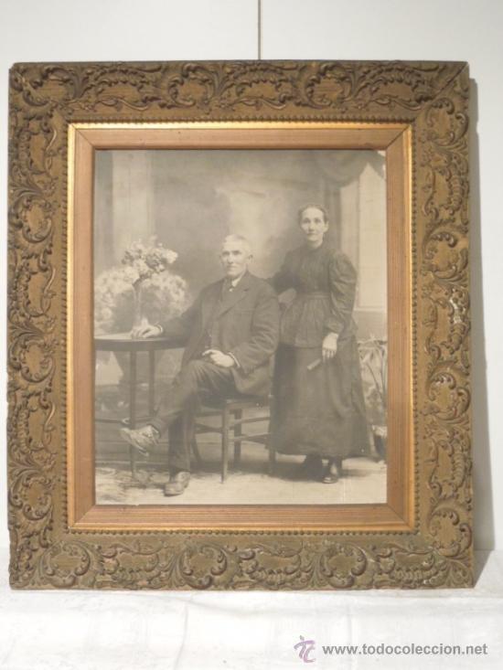 ESPECTACULAR MARCO DE MADERA TRABAJADO EN YESO MUY ANTIGUO EN MUY BUEN ESTADO FOTO FECHADA 1917