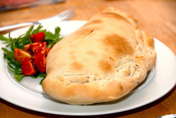 Pizza calzone, som den skal laves. En indbagt pizza, der fyldes med en delikat kødsauce, og derefter bages den ved højeste varme i ovnen. Til pizza calzone til fire personer skal du bruge: 1 skalotteløg 3 fed hvidløg 3