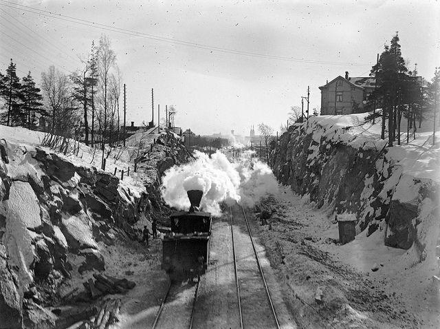 Locomotive in Linnunlaulu, towards Helsinki. Circa 1900. Ånglokomotiv vid Fågelsången. Foto Gustaf Sandberg. Ur boken Helsingfors i ord och bild.