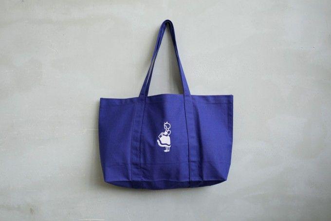 Irma(イヤマ)ちゃんロゴが入った紺色のトートバッグ