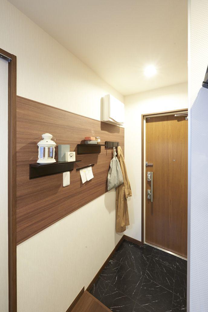 マグネットウォールを設置した賃貸住宅の画像です 小さな棚やフック