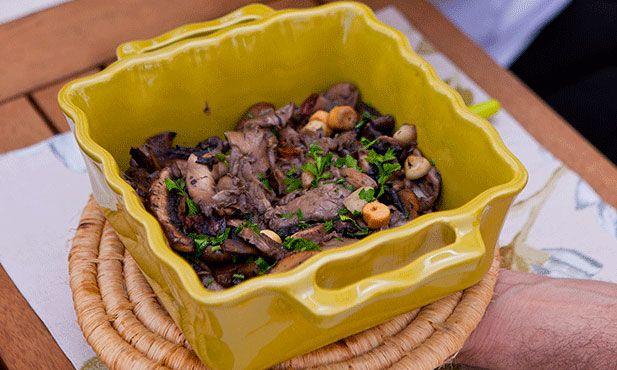 Cogumelos salteados, uma entrada que pode ser facilmente transformada em prato principal, acompanhada de arroz.