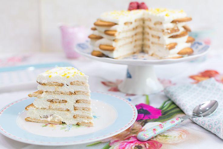 Tarta de limón y galletas sobre stand para tartas En este vídeo os muestro una manera fácil y rápida de hacer una tarta de limón sin necesidad de hornear nada. Se compone de una crema de limón muy suave y sedosaacompañada de galletas María. Ya veréis que con esta combinación podemos obtener una tarta con un sabor increíble y superfácil de hacer. Y no solo quiero destacar que es realmente sencilla. También es muy práctica cuando no tenemos tiempo y necesitamos un postre para terminar una…