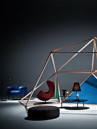 STILE NOMADE scenari funzionali che scandiscono gli ambienti con geometrie variabili Living Corriere della Sera ha scelto poltrona Pecorelle in blu.