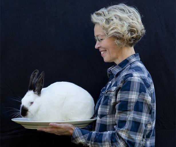 Tine Kortenbachs første kuld kaninunger er nu slagtet og er blevet til næsten 34 kg kaninsteg. Kaninerne skal have et godt liv lige til det sidste, hvor hun selv slagter dem. De er trygge ved hende og når ikke at blive bange, før de er væk, siger hun.