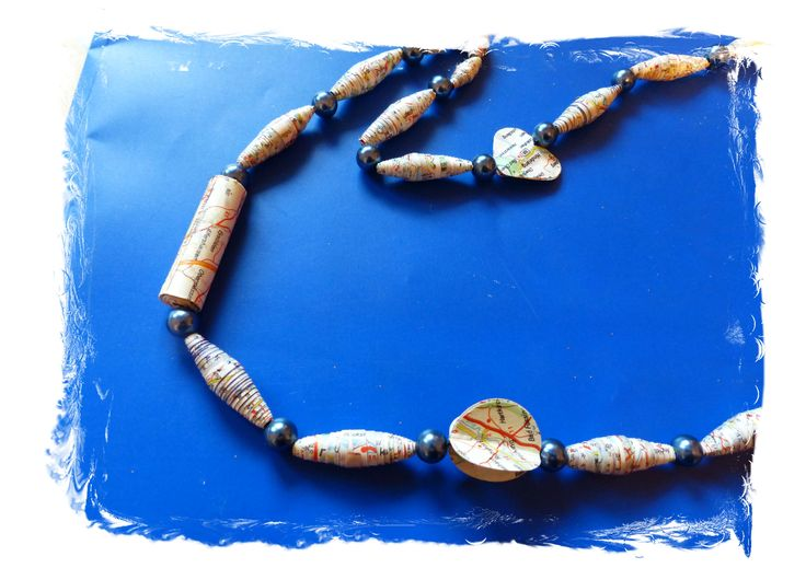 Collana di perle di carta fatte con cartina geografica e perline. Particolare - Carmen Benelli