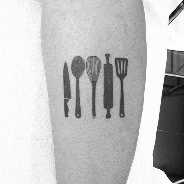 """Tatuagem feita por <a href=""""http://instagram.com/val_tattoo"""">@val_tattoo</a>!  Marque seus amigos que consideram a cozinha o melhor lugar da casa."""