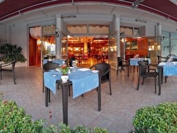 The restaurant is informal and welcoming, inspired by the traditional lake boats. During the summer months, guests can also dine outside, sitting at tables beneath the large awning overlooking the swimming pools of the Grand Hotel Villa Serbelloni.