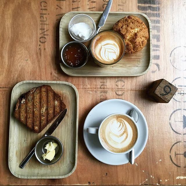 Koffie drinken   toasted bananabread met maple boter eten, met vriendje, voordat we heel hard aan de slag gaan met onze to-do lijstjes. ☕️