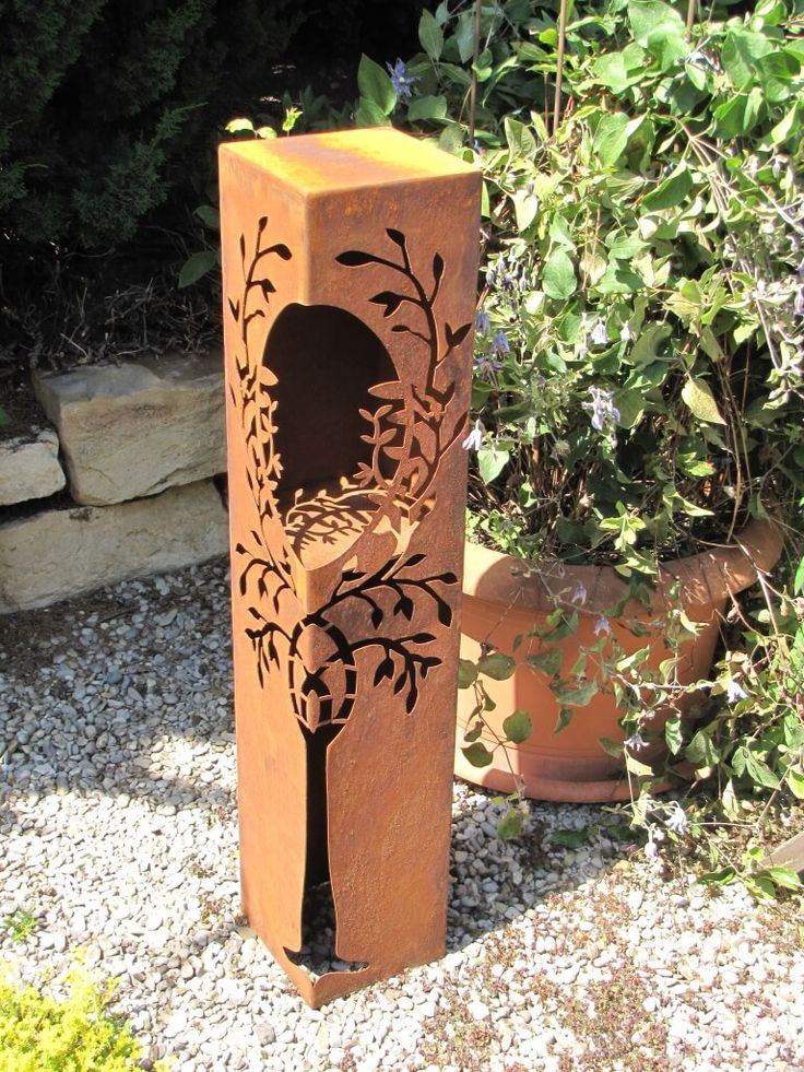 Edelrost Dekosäule mit Baum und Öffnung  Die Edelrost Dekosäule ist über zwei Seiten mit einem sehr filigranen Baum verziert. Dabei umschliessen die Äste des Baumes die eingearbeitete Öffnung für Kerzen oder Brennpaste. Nachts erstrahlt die Dekosäule in kompletten Lichterzauber, wenn Sie zusätzlich eine elektrische Beleuchtung einbauen. Aber auch ohne Beleuchtung ist die Dekosäule ein Blickfang in Ihrem Garten.  Die Dekosäule kann zusätzlich mit einer Schale dekoriert werden.  Die Säule wird…
