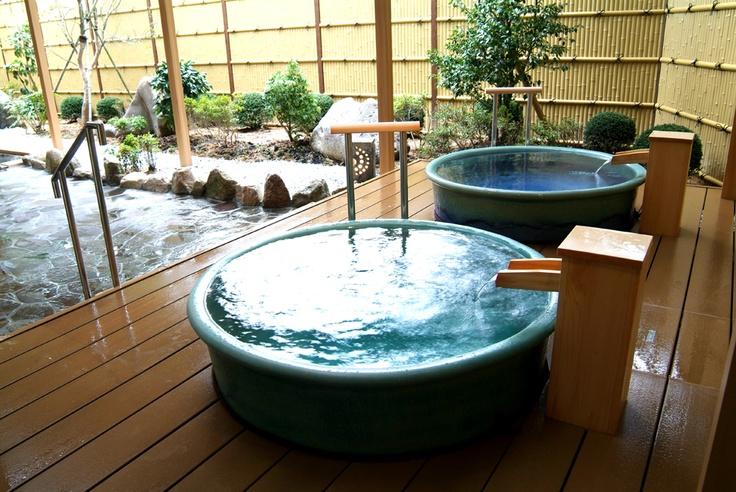 露天風呂には壷湯もついてゆったり。