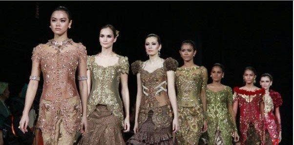 Berikut ini beberapa contoh model kebaya cantik untuk anak muda yang memakai desain glamour.