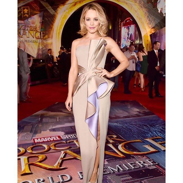 ✨ The always-gorgeous Rachel McAdams is rocking this magnificent dress. Be right back, going to watch 'The Notebook' and pretend Ryan and Rachel are still dating. 😘