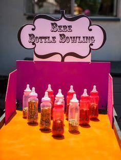 Boliche de biberones   30 juegos de baby shower que son realmente divertidos