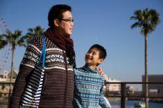 父と彼の息子の肩を持つ街で stock photo