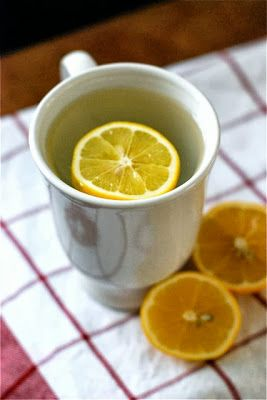10 razones por las que deberías beber agua de limón caliente por la mañana.