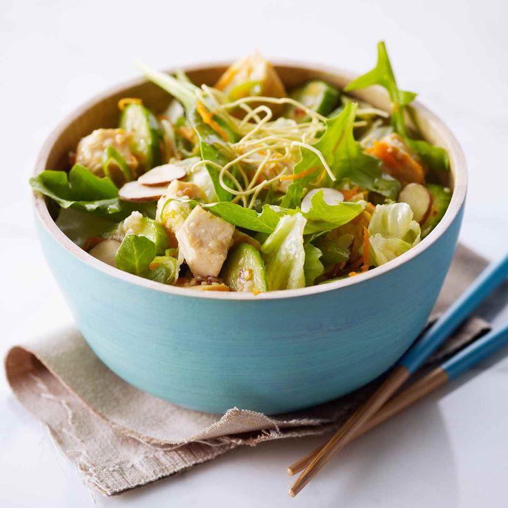 La laitue iceberg fraîche et croquante et le mélange de légumes verts se marient bien avec les textures croquantes de nouilles sautées (chow mein) sèches, d'amandes et de graines de sésame.  | Le Poulet du Québec