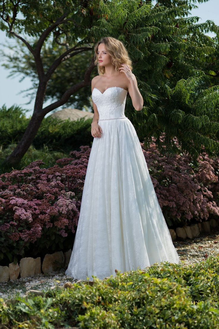 Prekrásne dlhé čipkované svadobné šaty bez ramienok