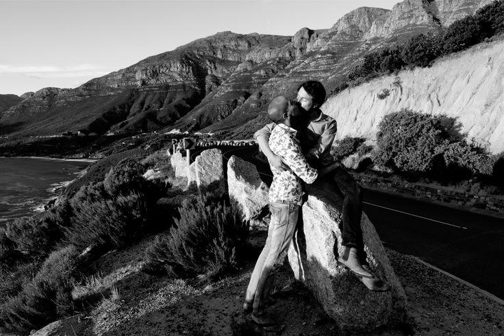 MAKEDA AFRIQUE DU SUD  Portrait de James et Manshil, tous les deux sud africains. Manshil est d'origine indienne et ils vivent à Cape Town.  Ils se sont connus sur un site internet de rencontres et sortent ensemble depuis un an. En Afrique du Sud leur mixité est assez atypique mais leurs familles connaissent leur histoire et acceptent leur relation.  James travaille pour une compagnie de création théâtrale et Manshil poursuit ses études de médecine. Ils nous parleront prochainement de leur…
