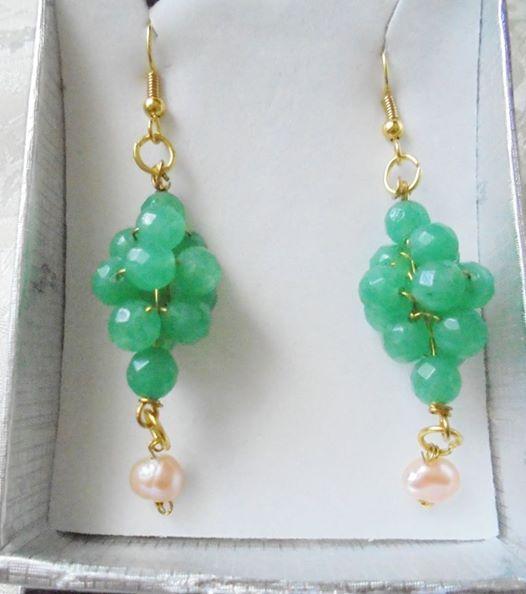 Orecchini a grappolo dorati. Il colore verde dell'avventurina si abbina al rosa delle perle barocche.