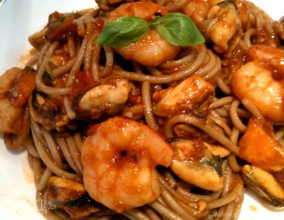 Соба с морепродуктами. Ингредиенты: лапша, томатная паста, мидии
