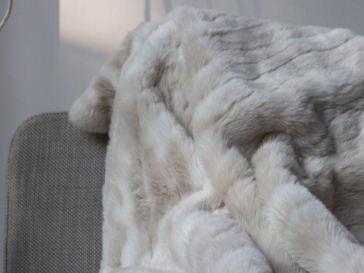 vente flash sur les plaids pour l 39 hiver delamaison plaid fausse fourrure et plaid fausse. Black Bedroom Furniture Sets. Home Design Ideas