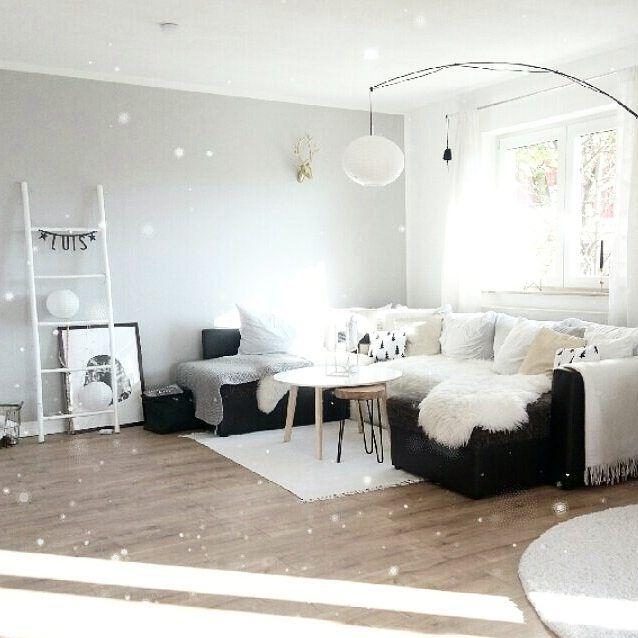 Guten Morgen, es schneit, aber nur im Wohnzimmer. Habt einen schönen Mittwoch ihr Lieben #decoration #whiteroom #allwhite #whiteandwood #whiteliving #scandistyle #scandihome #scandinaviandesign #nordic #nordicdeco #nordicliving #solebich #wohnkonfetti #mynordicroom #mykindoflikeinspo #homestyle #homestyling #homedecoration #homeinspiration #bohochic #bohostyle #christmasdecorations #autumn #interior #interiordesign #inspiration #stars #blackdecoration