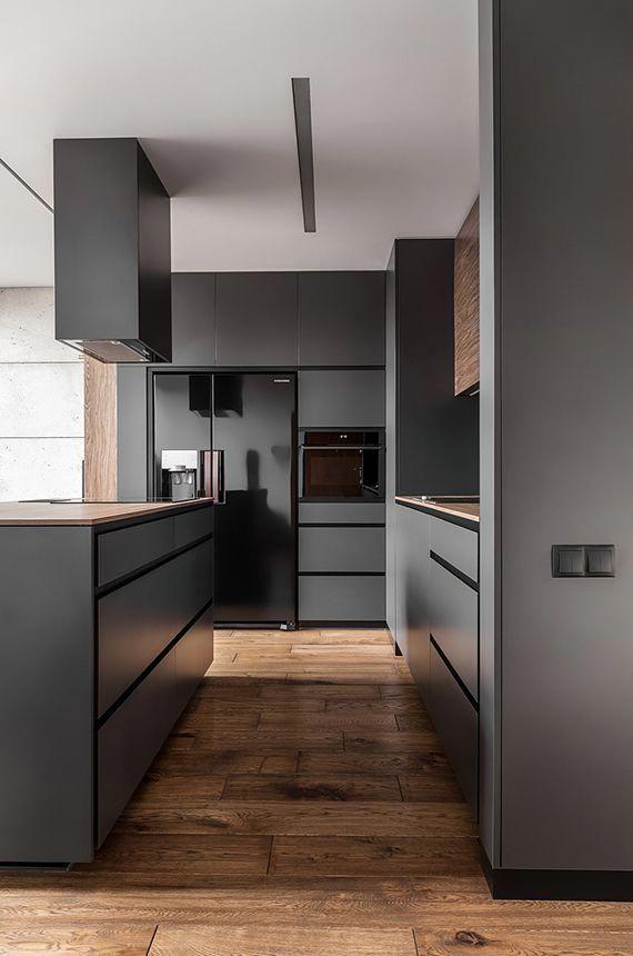 Offene Kuche Im Wohnzimmer Mit Holzboden Schwarzen Kuchengeraten Dunkelgrauen Kuchenschranken Decken Moderne Kuche Kuche Und Wohnzimmer