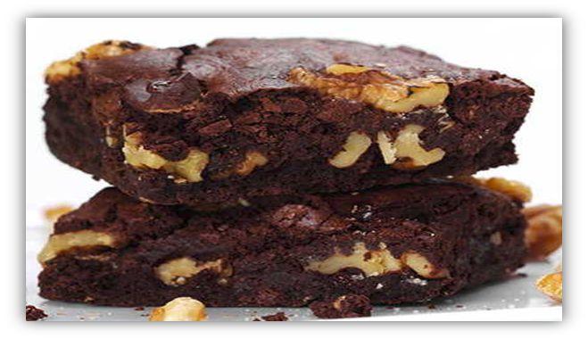 Brownie Gezond: dadels, eieren, kokosvet, courgette, amandelmeel, cacaopoeder, bakpoeder.