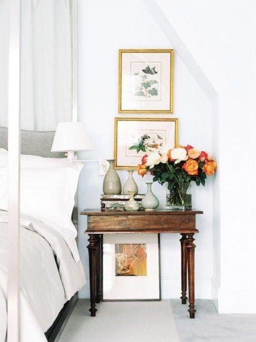 En vacker lampa, utvald väckarklocka, färska snittblommor, arrangerade bokhögar och en liten vacker ask för småförvaring. Svårare än så behöver det inte vara för att styla ett snyggt nattduksbord.