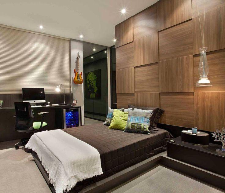 Campinas Decor 2013: O destaque do projeto é a solução encontrada ao separar a cama do armário, feita por uma parede de drywall, revestida por painel de mosaico em madeira com diferentes profundidades, criando assim o espaço do closet, iluminado com lâmpadas de LEDs e com muitos espelhos. O piso é o Beaulieu Vinílico em régua.