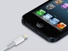 Conector de dados Lightning sendo acoplado ao iPhone 5