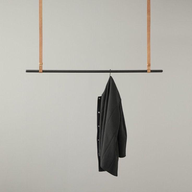 Appendiabiti sospeso con cinghie regolabili in cuoio e bastone in metallo laccato nero opaco. Lunghezza: 135 cmdistanza da soffitto regolabile: 87-107 cm