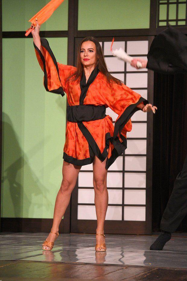 Zdjęcie numer 10 w galerii - Anna Mucha w spektaklu nosi różne kostiumy…