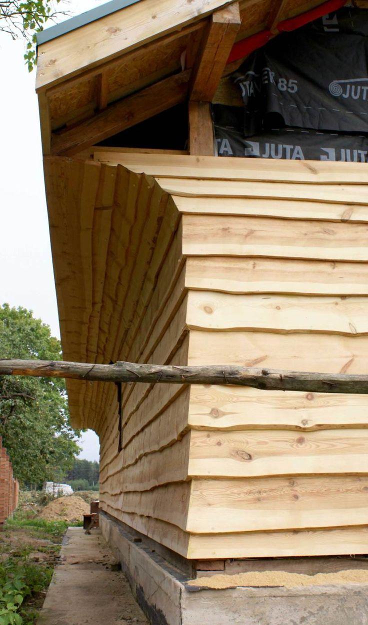 Более того, тут работает принцип – «голь на выдумки хитра», но, голь-голью, а плотники должны быть умелые, точные и аккуратные. Голь, это я к тому, что каркасный деревянный дом можно отделать снаружи великим множеством способов с использованием самых неожиданных деревянных материалов, включая самые недорогие и/или даже бросовые.