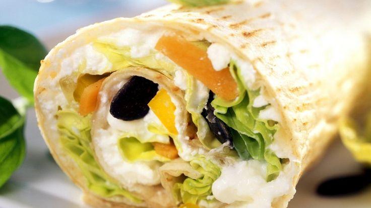Gewickelt und gerollt: Wrap mit Gemüse, Hüttenkäse und Kürbiskernen | http://eatsmarter.de/rezepte/wrap-mit-gemuese-huettenkaese-und-kuerbiskernen
