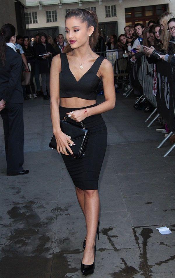 Ariana Grande com saia lápis preta e top cropped preto.