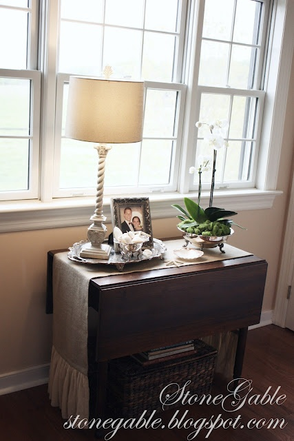 I really, really like the burlap runner on this table - and I think I could make one.Beautiful Vignettes, Room Vignettes, Decor Ideas, Bedrooms Makeovers, Guest Bedrooms, Tables Vignettes, Guest Rooms